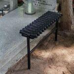 Montaż ławki na cmentarzu